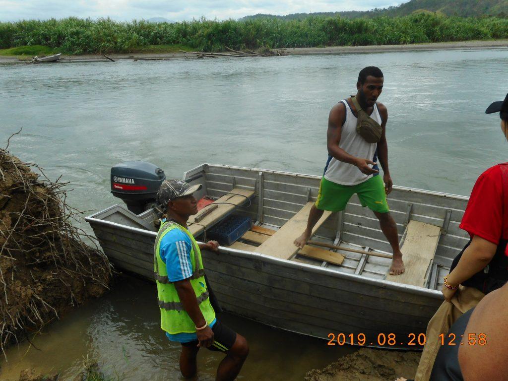 パプアニューギニア3日目:この船でリゴ村へ移動