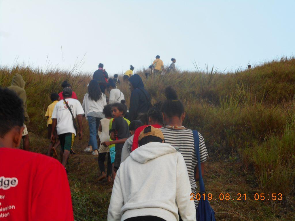 パプアニューギニア4日目:山の上の教会まで山登り
