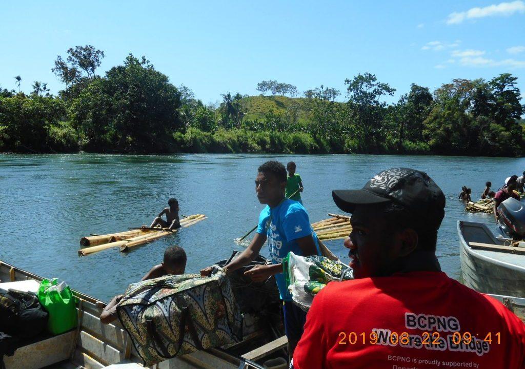 パプアニューギニア5日目:バナナの木で川下り
