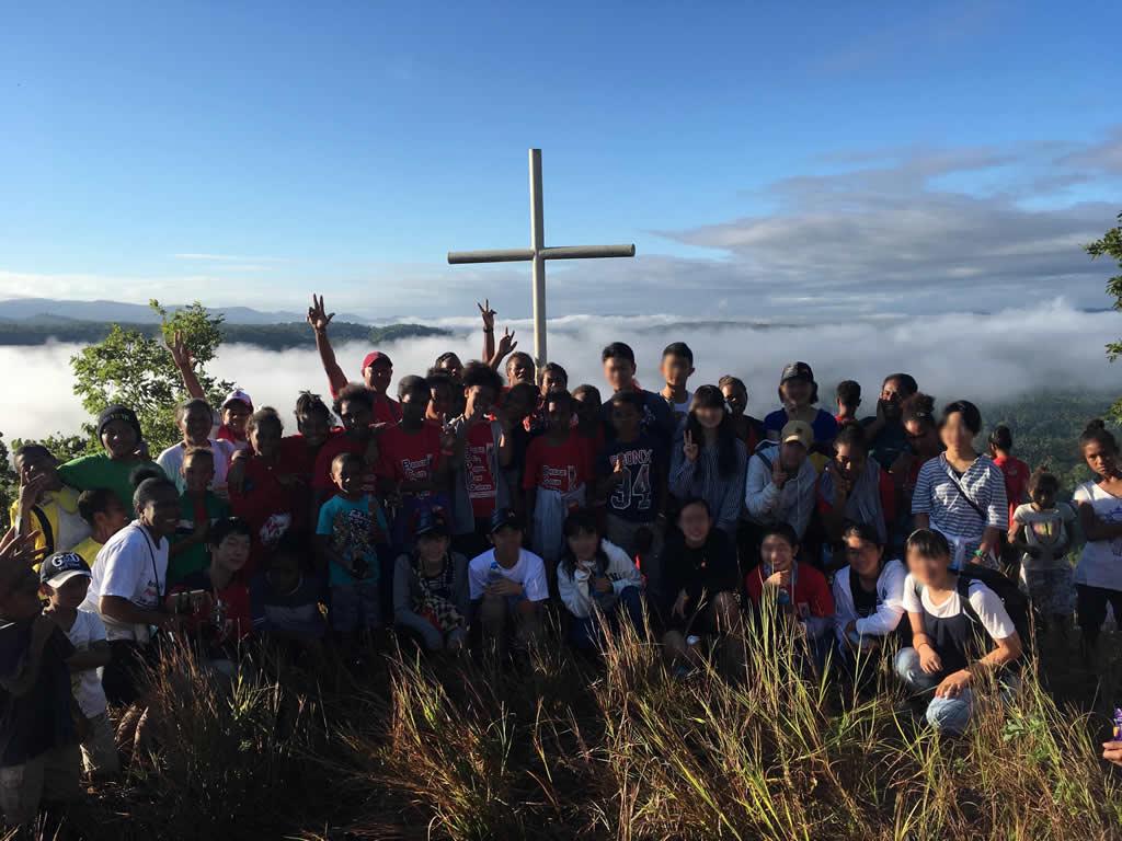 パプアニューギニア4日目:十字架の前で両国の国歌を歌った